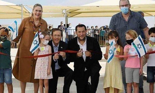 """2021-09-01: President Herzog in Samaria: """"Deze plek raakt mijn DNA ******* President Herzog in Samaria: 'This Place Touches My DNA'."""