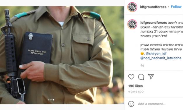 2021-10-20: Foto van IDF-soldaat met nieuw testament gaat viraal in Israël met beschuldigingen dat zendelingen in het leger zijn geïnfiltreerd ******* Photo of IDF soldier holding New Testament goes viral in Israel with accusations that missionaries have infiltrated the army